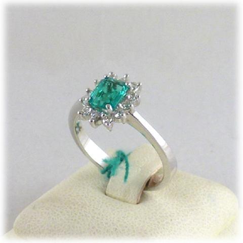 Anello in oro bianco smeraldo e diamanti